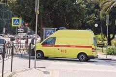 Il furgone giallo dell'ambulanza è all'intersezione delle vie del Re Immagine Stock