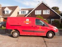 Il furgone rosso della posta reale della posta ha parcheggiato la vista laterale immagini stock libere da diritti