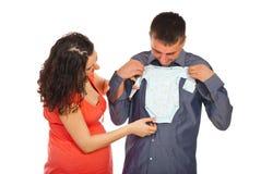 Il futuro parents il panno del bambino della holding Immagine Stock