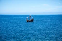 Il galeone fuori da Camara de Lobos è un paesino di pescatori vicino alla città di Funchal ed ha alcune di più alte scogliere nel Fotografia Stock Libera da Diritti