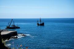 Il galeone fuori da Camara de Lobos è un paesino di pescatori vicino alla città di Funchal ed ha alcune di più alte scogliere nel Immagini Stock