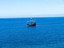 Il galeone fuori da Camara de Lobos un paesino di pescatori vicino alla città di Funchal ed ha alcune di più alte scogliere nel m Immagine Stock