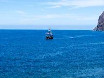 Il galeone fuori da Camara de Lobos un paesino di pescatori vicino alla città di Funchal ed ha alcune di più alte scogliere nel m Fotografie Stock