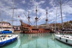IL Galeone Neptun im Kanal von Genua, Italien lizenzfreie stockfotos