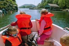 Il galleggiamento scherza con i lifevests arancio in un motroboat Fotografie Stock