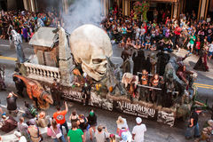 Il galleggiante che promuove la Camera frequentata si muove attraverso Atlanta Dragon Con Parade immagini stock