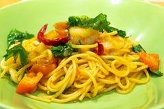Il gamberetto ed il calamaro piccanti degli spaghetti fotografia stock