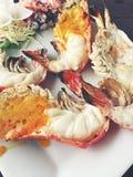Il gambero blu arrostito delizioso con i pezzi di peperoncini rossi e di prezzemolo sul piatto bianco con la salsa di soia in pic fotografia stock libera da diritti