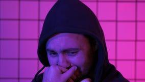 Il gamer povero del tipo sta gridando a causa di venire a mancare fotografie stock