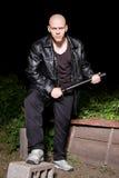 Il gangster calvo ha munito con il bastone all'aperto alla notte Fotografia Stock Libera da Diritti