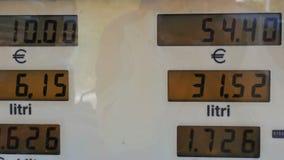 Il gas costa l'aumento per i consumatori alle pompe Prezzi in aumento sullo schermo della pompa della stazione, visualizzazione e archivi video