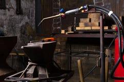 Il gas ha bruciato per uno spazio del inwork dell'incudine e della saldatura del fabbro Fotografie Stock Libere da Diritti