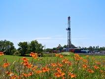 Il gas naturale perfora dentro il terreno coltivabile Fotografia Stock