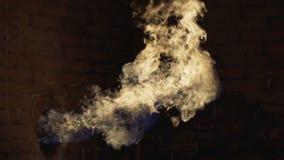 Il gas sta bruciando per l'acqua di riscaldamento nell'adduzione di acqua ai giacimenti di gas di olio archivi video