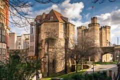 Il gatehouse ed il castello neri del portone tengono Immagine Stock
