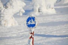 Il gatto delle nevi firma dentro un paesaggio nevoso Immagini Stock Libere da Diritti