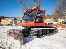 Il gatto delle nevi ha parcheggiato all'estremità di un pendio dello sci Immagini Stock Libere da Diritti