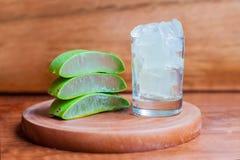 Il gel di Vera dell'aloe e la foglia dell'aloe hanno tagliato i pezzi Fotografia Stock Libera da Diritti