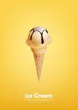 Il gelato alla vaniglia nel cono, versa lo sciroppo di cioccolato, vettore Immagine Stock Libera da Diritti