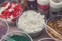 Il gelato ed i bigné spruzzano non le guarnizioni e le decorazioni del pareil Fotografie Stock Libere da Diritti