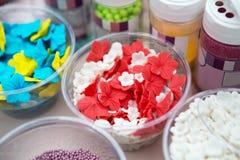 Il gelato ed i bigné spruzzano non le guarnizioni e le decorazioni del pareil Fotografie Stock