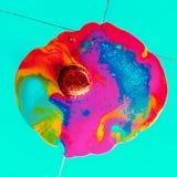 Il gelato falso circola sul pavimento Stile minimo dolore di esplosione Fotografia Stock