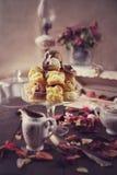 Il gelato fresco ha riempito i profiteroles di salsa di cioccolata calda Fotografia Stock