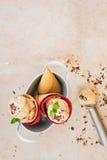 Il gelato nei coni del wafer è servito in ciotola d'annata del metallo con il cucchiaio Fotografie Stock