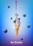 Il gelato nel cono, versa lo sciroppo del mirtillo e molto fondo del mirtillo, vettore trasparente Fotografia Stock