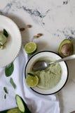 Il gelato saporito fatto a mano ha preparato con l'avocado, il cetriolo e la calce fotografie stock libere da diritti
