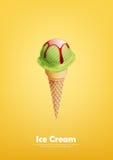 Il gelato verde nel cono, il limone, il tè verde, melone, versa lo sciroppo, vettore Fotografia Stock