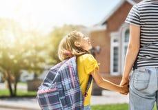 Il genitore e l'allievo vanno a scuola fotografia stock
