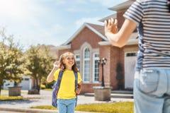 Il genitore e l'allievo vanno a scuola immagini stock libere da diritti