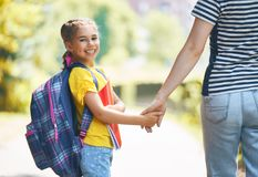 Il genitore e l'allievo vanno a scuola fotografia stock libera da diritti