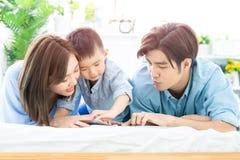 Il genitore ha letto il libro con il bambino fotografia stock libera da diritti