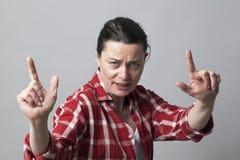 Il gesto di mano aggressivo con le dita gradisce le pistole per l'atteggiamento antropoide immagine stock
