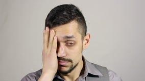 Il gesto di perdita del mercato azionario, guasto, ha sollecitato l'uomo d'affari barbuto video d archivio