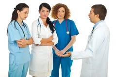 Il gestore dell'ospedale discute con i medici Immagini Stock