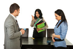 Il gestore furioso discute gli impiegati Fotografia Stock