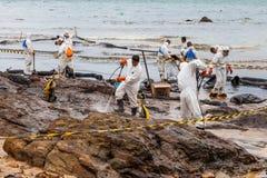 Il getto di acqua ad alta pressione di uso dei lavoratori Fotografia Stock Libera da Diritti