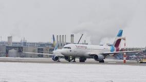 Il getto di Eurowings Europa Airbus A320-200 OE-IQC ha atterrato appena sulla pista dell'aeroporto di Monaco di Baviera video d archivio