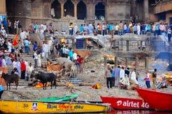Il ghat bruciante a Varanasi, India Immagini Stock Libere da Diritti