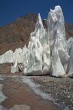 Il ghiaccio del ghiacciaio alza sui pendii del Mt aconcagua fotografia stock