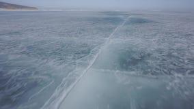 Il ghiaccio di un lago congelato Lago Baikal stock footage