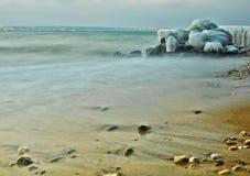 Il ghiaccio ha coperto le rocce Fotografie Stock