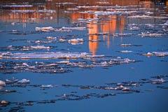 Il ghiaccio in Malaya Neva a St Petersburg fotografia stock
