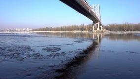 Il ghiaccio sta entrando sul fiume Dnepr, a Kiev Giorno di inverno soleggiato, timelapse archivi video
