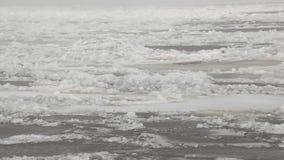 Il ghiaccio sul clouse del fiume su panorama stock footage