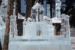Il ghiaccio Taj Mahal sta fra gli alberi e le sculture di ghiaccio Immagini Stock