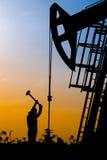 Il giacimento di petrolio, i lavoratori dell'olio sta funzionando Fotografia Stock Libera da Diritti